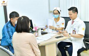 Bác sĩ tại Bệnh viện Đức Phúc giúp bệnh nhân thoải mái trong quá trình thăm khám