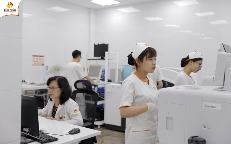 Bác sĩ tại Bệnh viện Đức Phúc thực hiện các xét nghiệm quan trọng trong chu trình quản lý thai kỳ của khách hàng