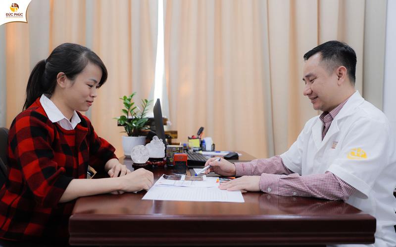Bác sĩ tại Bệnh viện Đức Phúc tận tình tư vấn cho mẹ bầu chế độ dinh dưỡng và sinh hoạt